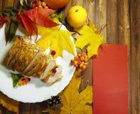 La placa de Turquía sale de la calabaza de la acción de gracias de la flor Foto de archivo libre de regalías