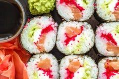 La placa del sushi con la salsa de soja, wasabi Imagenes de archivo