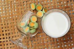 La placa fresca de la leche y del pan con el chocolate se pone verde Imagenes de archivo