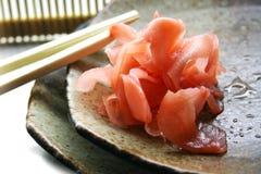 La placa japonesa con el jengibre rojo y los palillos Foto de archivo