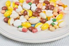 La placa llenó de las píldoras de la medicina Fotografía de archivo
