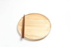 La placa o la bandeja de madera con los palillos aisló el fondo blanco Foto de archivo libre de regalías