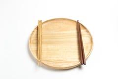 La placa o la bandeja de madera con los palillos aisló el fondo blanco Fotografía de archivo libre de regalías