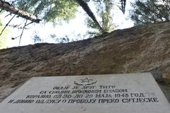 La placca della caverna del Tito nel lago nero fotografia stock libera da diritti