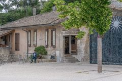 La place centrale du vieux village image libre de droits
