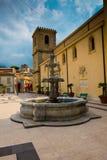 La place d'église de Castroreale, un village pittoresque en Sicile du nord photo stock