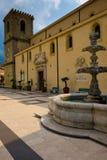 La place d'église de Castroreale, un village pittoresque en Sicile du nord photographie stock
