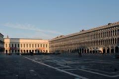 La place de St Mark vide à Venise Italie tôt le matin images stock