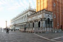 La place de St Mark vide à Venise Italie tôt le matin photos stock