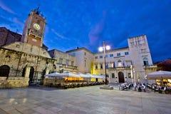 La place des personnes dans la vue de nuit de Zadar Photo stock