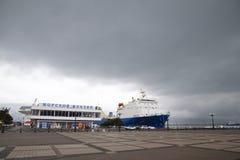 La place devant la ville de la station navale de Novorossiysk Bateau dans la station de marskogo image libre de droits
