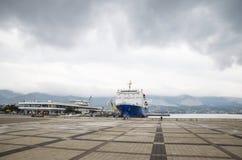 La place devant la ville de la station navale de Novorossiysk Bateau dans la station de marskogo photographie stock libre de droits