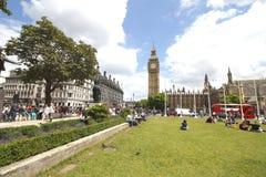 La place du Parlement est à angle droit à l'extrémité du nord-ouest du palais de Westminster à Londres Photo stock