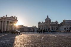 La place et la basilique de St Peter au coucher du soleil photos stock