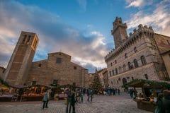 La place principale de Montepulciano au temps de Noël avec le marché Photo stock