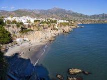 La plage à Nerja sur l'extrémité orientale de Costa del Sol en Espagne Photo stock