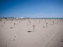 La plage abandonnée avec seulement les appuis fixait le parasol Photos libres de droits