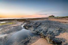 La plage au château de Bamburgh photos libres de droits