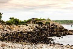 La plage au fort Williams avec des arbres et manoir de Goddard dans le theBackground Images libres de droits