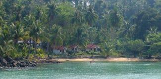 La plage avec beaucoup d'arbres de plam en Koh Rong, Cambodge Image stock