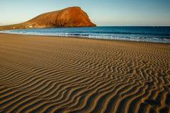 La plage avec la colline de Montana Roja à l'arrière-plan, Ténérife Photographie stock libre de droits
