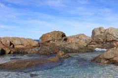 La plage bascule l'eau de mer Images stock