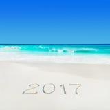 La plage blanche et l'année 2017 d'océan de sable de Perect assaisonnent la légende Photos libres de droits