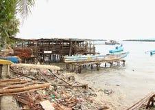 La plage couverte dedans Trashes Photographie stock libre de droits