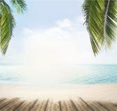 La plage d'été et l'horizon d'océan avec les palmettes tropicales 3d les déchirent Photo stock