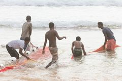 La plage d'Akurala, Sri Lanka - décembre 2015 - les pêcheurs indigènes tournoient Image libre de droits