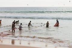 La plage d'Akurala, Sri Lanka - décembre 2015 - les pêcheurs indigènes tournoient Images stock