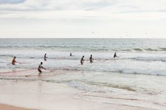 La plage d'Akurala, Sri Lanka - décembre 2015 - les pêcheurs indigènes tournoient Photo libre de droits