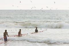La plage d'Akurala, Sri Lanka - décembre 2015 - les pêcheurs indigènes tournoient Photos stock