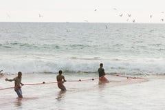 La plage d'Akurala, Sri Lanka - décembre 2015 - les pêcheurs indigènes tournoient Photographie stock