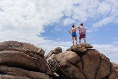 La plage d'amitié de garçon de fille bascule le ciel Photographie stock