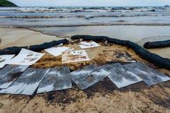 La plage d'ao Prao était pleine de pétrole brut image libre de droits
