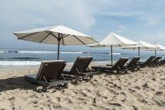 La plage de Balangan avec le parasol, DUA de Nusa, est une des plus belle dans Bali, il s'appelle Mars à son fond est couverte de Image stock