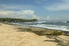 La plage de Balangan est une des plus belle dans Bali, il s'appelle Mars à son fond est couverte de roche volcanique Photographie stock