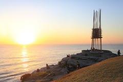 La plage de Bondi de lever de soleil et sauvent notre sculpture en âmes Photographie stock libre de droits