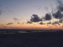 La plage de coucher du soleil montre le beauty& x27 ; s à tous photographie stock