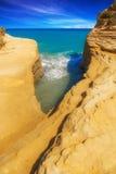 La plage de jaune de D'amour de canal bascule dans Sidari, Corfou Photo libre de droits