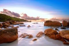 La plage de la roche des Seychelles Photographie stock