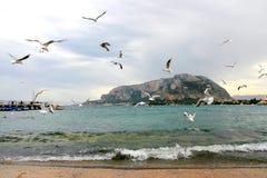 La plage de Mondello en hiver Images libres de droits