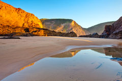 La plage de Murração, Vila font Bispo, Portugal Photos stock