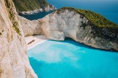 La plage de Navagio ou la baie de naufrage avec le blanc de l'eau et de caillou de turquoise échouent Emplacement célèbre de poin Photographie stock