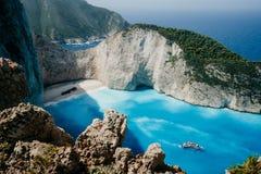 La plage de Navagio ou la baie de naufrage avec le blanc de l'eau et de caillou de turquoise échouent Emplacement célèbre de poin Photographie stock libre de droits