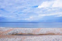 La plage de paysage marin couverte de coquillages étayent la photo scénique d'actions de papier peint de fond de paysage photos libres de droits