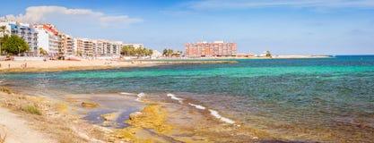 La plage de Sunny Mediterranean, touristes détendent sur le sable, les gens se baignent Photographie stock libre de droits