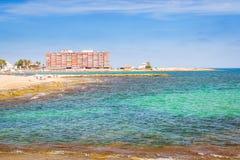 La plage de Sunny Mediterranean, touristes détendent sur le sable, les gens se baignent Photographie stock