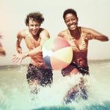 La plage de vacances d'amis insouciante détendent le concept Images libres de droits